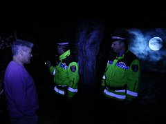 Strážníci s ředitelem Slováckého muzea při prohlídce výstavy Vládci noci.