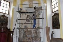 Studentkám restaurátorské školy Martině Štěpánové a Báře Markové se podařilo odkrýt další malby v bílovickém kostele.