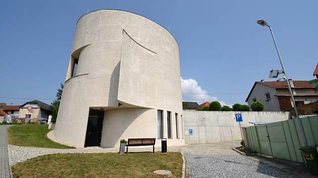 Na kostel sv. Václava v Sazovicích, vysvěcený v roce 2017 jsou místní právem hrdí. Snímek z 24. června 2021.