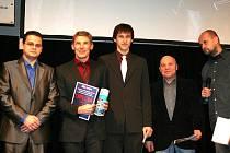 Za vítěze ankety Slováckého deníku a TV Slovácko Ondřeje Uherku převzal cenu jeho otec (druhý zleva), vlevo stojí stříbrný Adam Štěrbák a bronzový Karel Kalina.
