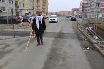 Helena Křiváčková musí kvůli svému handicapu přecházet cestou na autobus nebezpečný úsek na ulici Sadové. Dělníci tam rozkopali chodníky, aniž by zpřístupnili bezpečnou cestu přes opravovaný úsek.