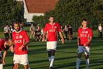 Derby fotbalistů Uherského Brodu (červené dresy) s béčkem Slovácka skončilo ve třetí lize bez branek. Na snímku Matěj Lorenc (číslo 3)