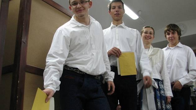 K urnám s volebními lístky si odskočili také folkloristé v Uherském Ostrohu.