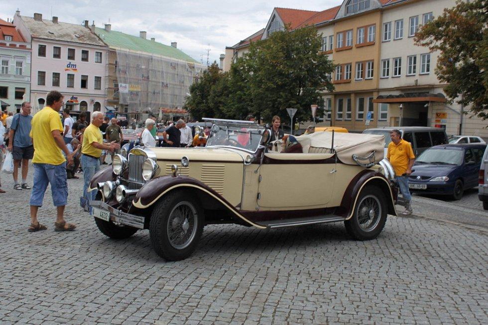 Jak vozidla na náměstí přijížděla, tak je pořadatelé řadili.