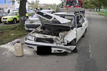 Srážka dvou vozů u Hradčovic si vyžádala zásah hasičů.