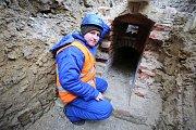 Oprava a rekonstrukce kanalizace na zámku v Buchlovicích.Na snímku archeolog Jiří Janál
