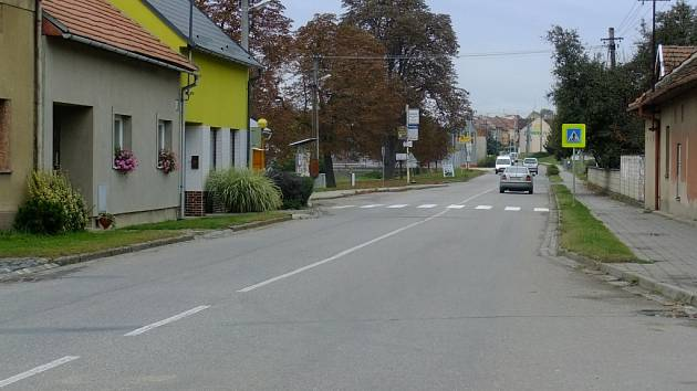 Nový chodník lemující obec po obou stranách nakonec v Topolné nebude. Ilustrační foto.