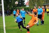 Fotbalisté Sušic (v modrém) podlehli Šumicím 0:2.