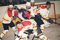 Radek Bonk (uprostřed), mistr světa z roku 1996, se proti Uherskému Ostrohu bodově neprosadil. Mrzet ho to ale nemuselo, o výhru Kopřivnice se postarali jiní.