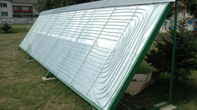 Solární panel na koupališti v Jalubí.