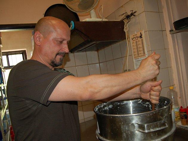 Veškeré těsto vyrábí Květoslav Polášek sám.
