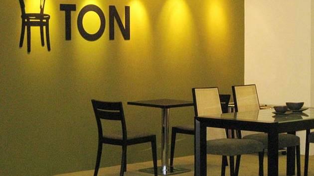 Společnost TON se zabývá zejména výrobou nábytku z ohýbaného dřeva.