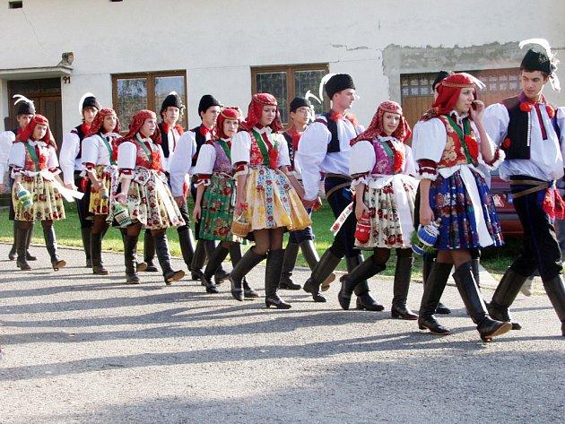 Dvacet krojovaných párů doplnily děti z folklorního souboru Popovjánek.