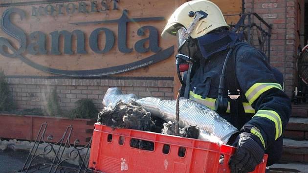 Hasiči zasahují při požáru motorestu Samota.