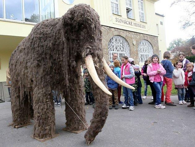 Stěhování  figuríny mamuta v životní velikosti z konzervátorského oddělení v Hradební ulice do hlavní budovy Slováckého muzea ve Smetanových sadech.