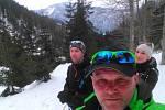 """Zimní bunda je při """"lyžování do kopce"""" či správně řečeno skialpinismu jen přítěží. Člověk se snadno zahřeje sám. Na snímku Alexandr Machal (vzadu), Magda Ryndová a autor Stanislav Dufka."""