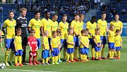Fotbalisté Slovácko (v bílých dresech) se ve 29. kole HET ligy utkalo se sousedním Zlínem. Fanoušci vytvořili krajskému derby bouřlivou kulisu.