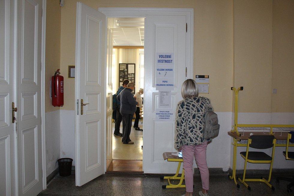 Zazvoněním školního zvonku začaly krajské a senátní volby v budově Gymnázia Uherské Hradiště do místních volebních okrsků sedm a čtyři, kde v pátek před 14. hodinou začali voliči tvořit zástup.