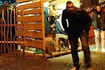Policie žádá veřejnost o pomoc při ztotožnění osob na snímku.