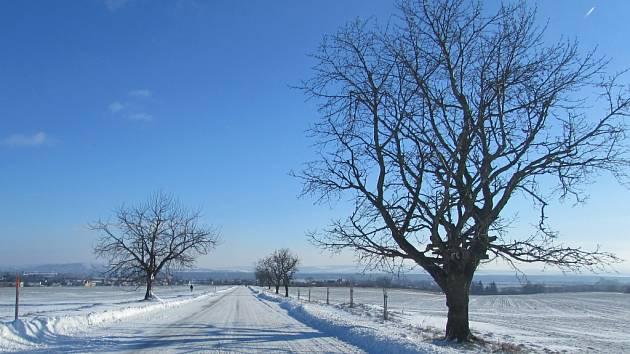 Silnice mezi Buchlovicemi a Zlechov je pokrytá sněhem.
