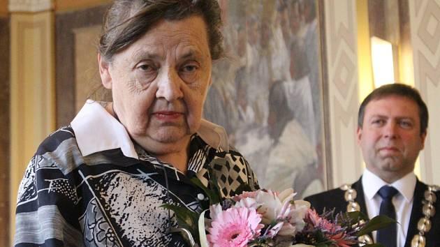 V obřadní síni uherskohradišťské radnice převzala slova chvály a ocenění od starosty Stanislava Blahy za svoji dlouholetou činnost kronikářky Hana Rathúská.