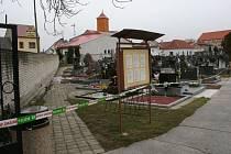V Uherském Ostrohu vykradli v prodejně Jednoty bankomat, na hřbitově pak našli znehodnocené tisícovky a dvoutisícovky.