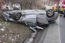 Děsivě vypadající nehoda ve Chřibech: auto na střeše a řidič s malým synem v nemocnici.
