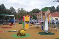Centrální dětské hřiště v Bojkovicích na Tillichově náměstí slavnostně v pátek otevřel starosta Bojkovic Petr Viceník.
