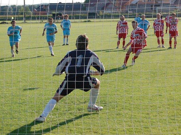 Nedakonický Horsák sice takhle proměnil penaltu a rozhodl o výhře svého týmu, záchranu však slavili jiní.