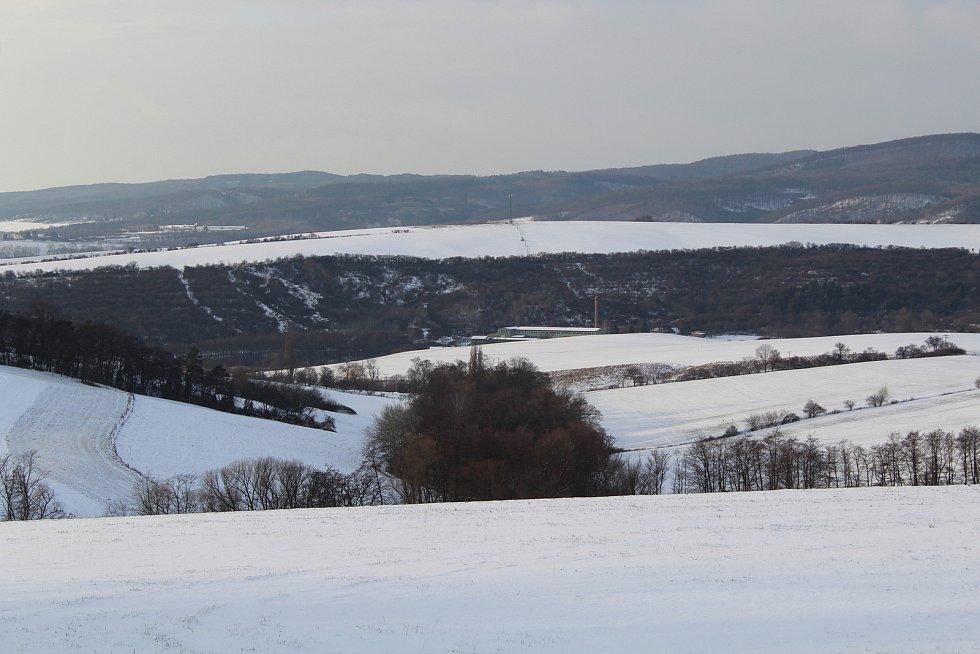 Hostějov se sněhovou pokrývkou. Výhled na Chřiby a Osvětimansko.