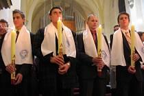 Nejmladší starosta v republice Petr Vladovič (duhý zleva) se nechal pokřtít.
