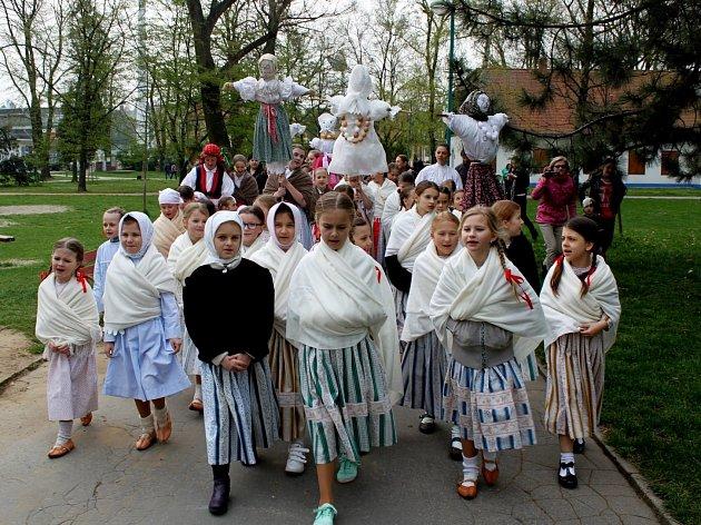 Děvčátka ze všech skupinek Hradišťánku, každá se svojí Mařenou, zamířila k řece Moravě, kam ji vhodila a přinesla na radnici létečko.