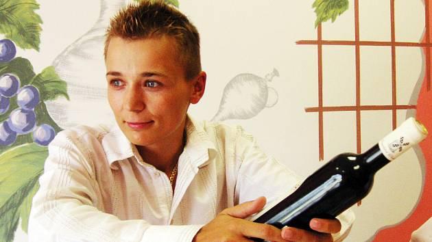 Sedmadvacetiletá Petra Sovišová vyrůstala v rodině vinařů. V Kroměříži před rokem založila svou druhou pobočku.