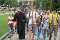 Třísetčlennou skupinu pěších přivedl z Boršic organizátor poutě P. Jan Peňáz (v hábitu vlevo).