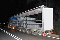 V zatáčce na silnici I/50 u Starých Hutí vysypal řidič kamionu palety z návěsu.