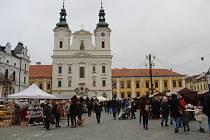 Na šest desítek prodejních stánků zaplnilo o třetím adventním víkendu Masarykovo náměstí v Uherském Hradišti. V sobotu 12. prosince tam totiž začal tradiční Vánoční jarmark, který potrvá až do úterku 22. prosince.