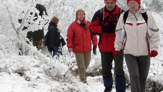 Ani mrazivé  počasí neodradilo stovky turistů od předsilvestrovského výšlapu na rozhlednu.