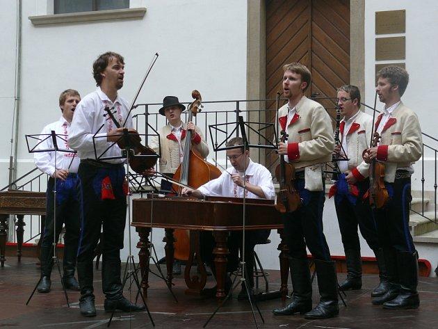 Ve Velké nad Veličkou se představí také členové cimbálové muziky Mladí Burčáci s primášem Zdeňkem Staškem.