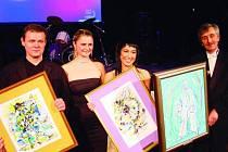 Největší z pierotů udělované za rok 2004 vytvořila Lenka Jurečková (druhá zleva). Získali je inscenace Liška Bystrouška režiséra J. A. Pitínského, Jitka Josková (třetí zleva) v titulní roli a Martin Vrtáček (vlevo) za roli Cyrana. Na snímku i ředitel Slov