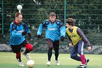 Fotbalisté Břestku (v modrém) vyhráli zimní turnaj Pipe Life Cup ve Starém Městě.