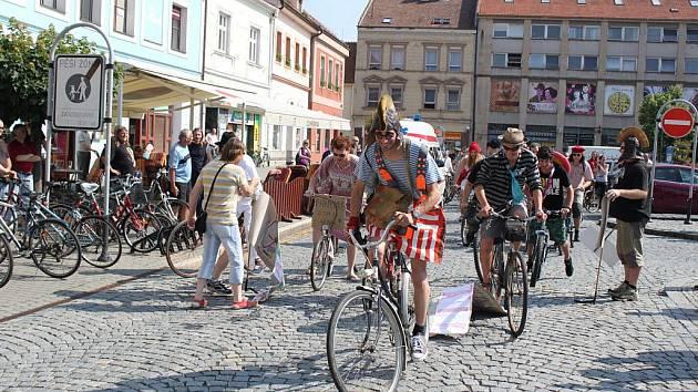Start se zdařil, cyklisté vyjeli na třicetikilometrovou trať.