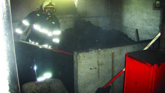 V rodinném domě v Břestu na Kroměřížsku došlo ke samovznícení uhlí. Majitel totiž nenechal palivo dostatečně vyschnout.