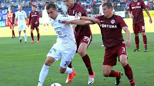 Útočník Slovácka Marián Kovář (v bílém) při zápase se Spartou