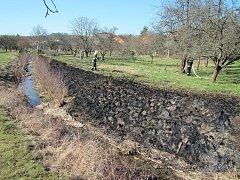 Oheň poškodil i dřevěný plot.