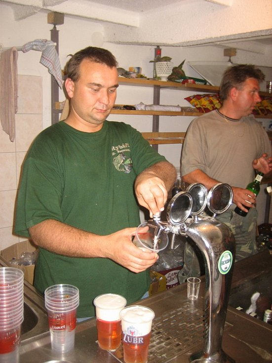 Karel Polanský, nový předseda místního rybářského svazu dokázal, že umí natočit také pivo.