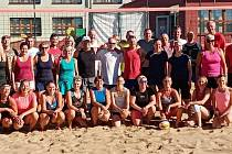 Čtvrtý ročník Memoriálu Františka Šopíka přilákal v sobotu na beach volejbalové kurty u staroměstské sokolovny osm mužských a stejný počet ženských dvojic
