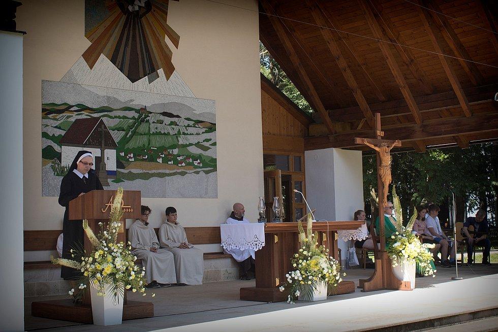 Mše svatá sloužená na Svatém Antonínku za všechny, kterých se dotkla péče domácího hospice Antonínek během dvou let jeho působení vokrese Uherské Hradiště, byla 19. června odpoledne součástí setkání přátel, příznivců a podporovatelů Domácího hospice Anto