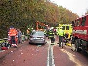 Kvůli srážce dvou osobních aut s traktorem na silnici E50 procházející Chřiby museli hasiči vyprošťovat dva muže a jednu dívku hydraulických zařízením.FOTO: HZS Zlínského kraje