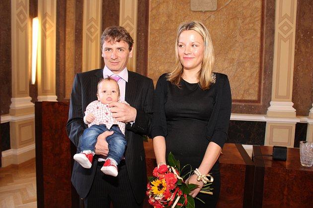 V obřadní síni uherskohradišťské radnice předal starosta Stanislav Blaha při slavnostním ceremoniálu poukaz na deset tisíc korun rodičům Romanovi Zálešákovi a Jitce Mikušové, kterým se narodil první občánek města v roce 2017, Lukáš Zálešák.
