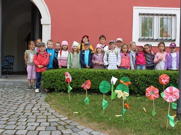 Děti z MŠ Staré Město zapózovaly za vysazenými květinami v galerijním nádvoří.